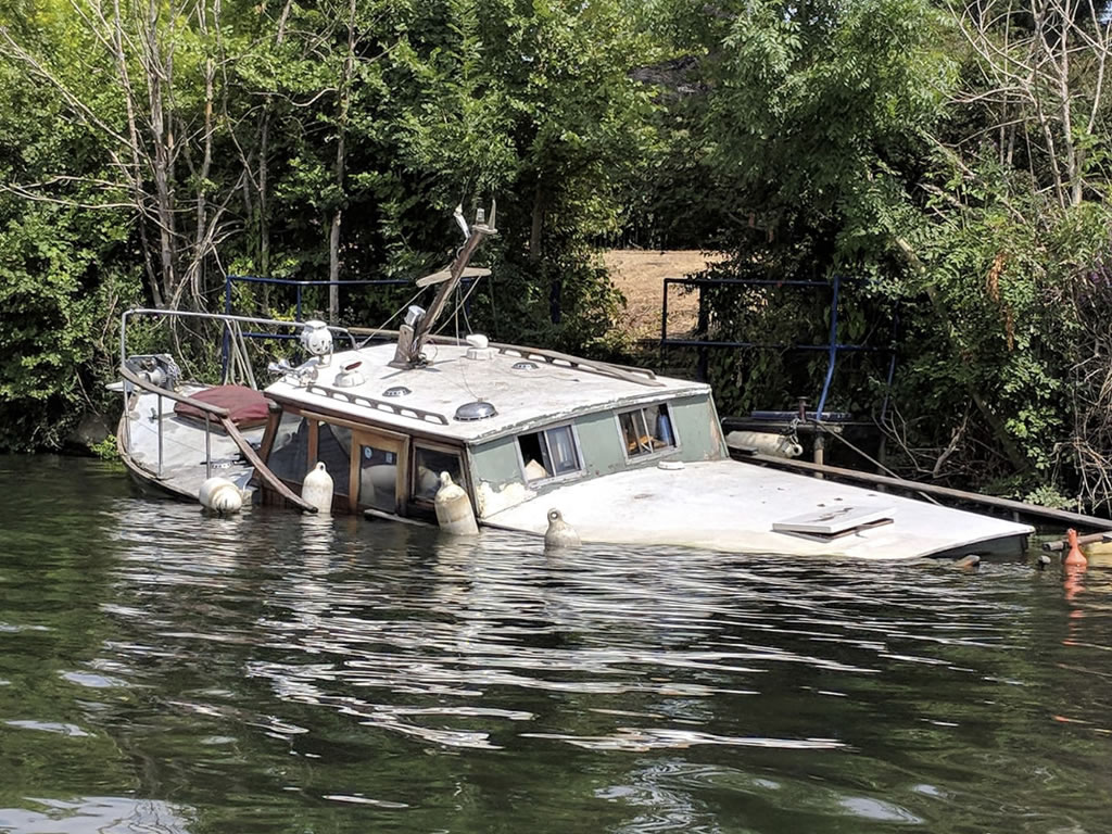 sunken motorboat on thames © Ali Ball 2020