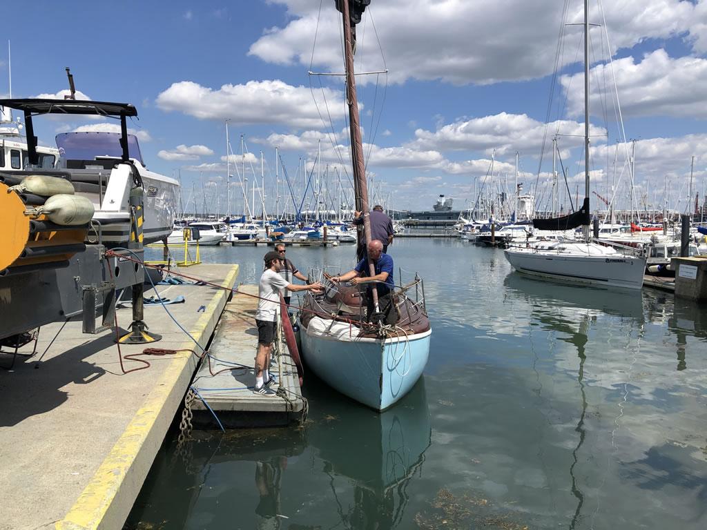 atlanta 26 classic yacht taking down the mast ready for lifting